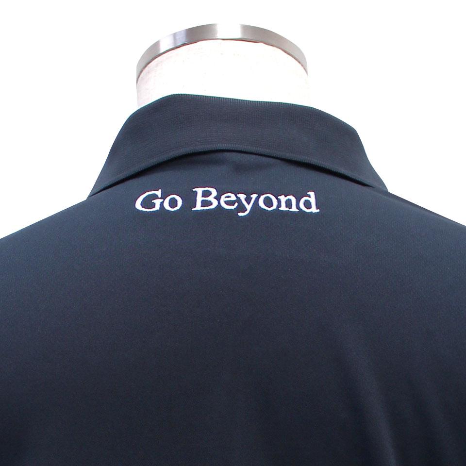 後ろ襟下のネーム刺繍